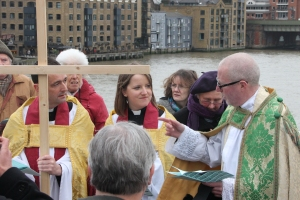 John Osborne & Anna Macham (Southwark Cathedral) and Philip Warner (St Magnus the Martyr) at the centre of London Bridge