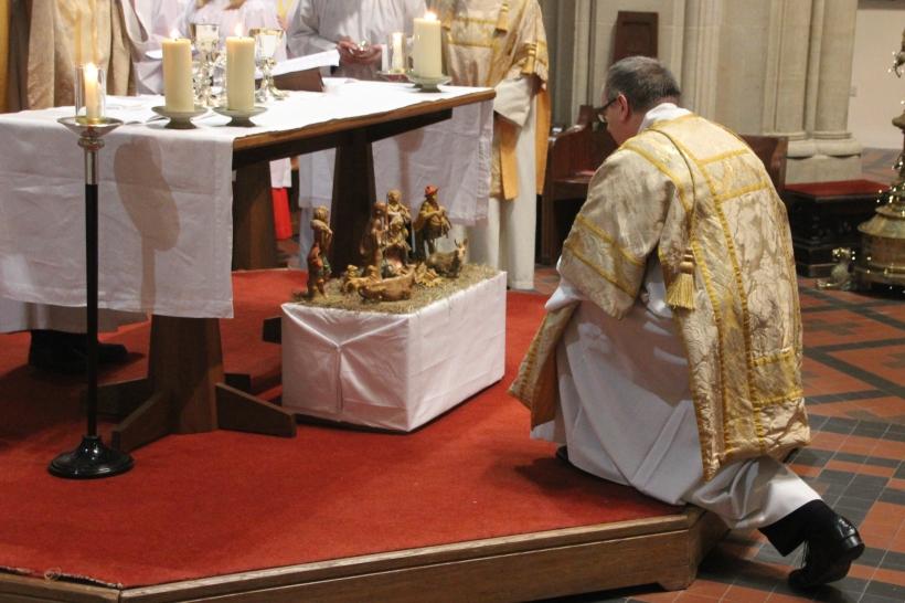 Kelvin kneeling before the new-born Jesus