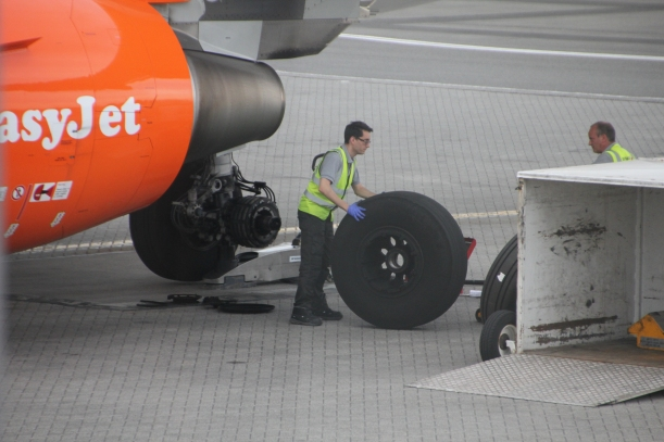Changing the tyre on an Easyjet Airbus A319
