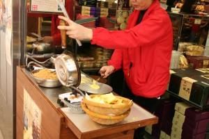 Making Pastelaria Pun Veng Kei (Golden Egg Biscuits)